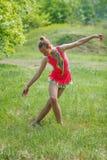 Κορίτσι στο ρόδινο κοστούμι που κάνει τη γυμναστική στο δάσος Στοκ Φωτογραφία