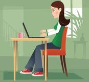 Κορίτσι στο σπίτι στο PC ελεύθερη απεικόνιση δικαιώματος