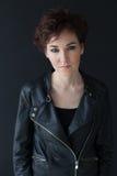 Κορίτσι στο σύντομο hairstyle σακακιών δέρματος στοκ εικόνες