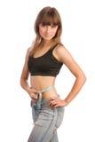 Κορίτσι στο τζιν παντελόνι που μετρά τη μέση στοκ φωτογραφία με δικαίωμα ελεύθερης χρήσης