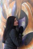 Κορίτσι στο υπόβαθρο γκράφιτι Στοκ Εικόνες