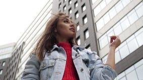 Κορίτσι στο υπόβαθρο της τοποθέτησης κτηρίων απόθεμα βίντεο