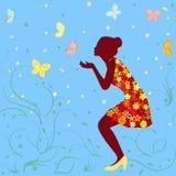 Κορίτσι στο φωτεινό floral φόρεμα και πεταλούδες Στοκ Εικόνες