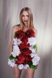 Κορίτσι στο φόρεμα από τα λουλούδια στοκ εικόνα