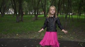 Κορίτσι στο φόρεμα και σακάκι που ακούει τη μουσική, ζουμ πάρκων έξω απόθεμα βίντεο