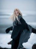 Κορίτσι στο χιόνι στο χειμερινό υπόβαθρο Στοκ εικόνα με δικαίωμα ελεύθερης χρήσης