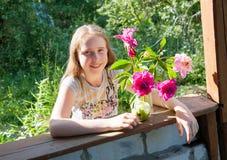 Κορίτσι στο dacha με μια ανθοδέσμη των λουλουδιών Στοκ φωτογραφία με δικαίωμα ελεύθερης χρήσης