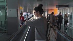 Κορίτσι στο travalator στον αερολιμένα απόθεμα βίντεο