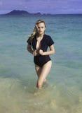 Κορίτσι στο wetsuit στην παραλία Στοκ Φωτογραφία