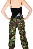 Κορίτσι στρατού με ένα πυροβόλο όπλο Στοκ Εικόνες