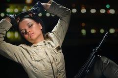 Κορίτσι στρατού στα φω'τα νύχτας Στοκ Εικόνες