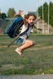Κορίτσι συγκινήσεων με ένα σακίδιο πλάτης Στοκ εικόνα με δικαίωμα ελεύθερης χρήσης