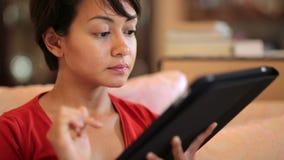 κορίτσι σχετικά με τη οθόνη υπολογιστή ταμπλετών στο σπίτι απόθεμα βίντεο