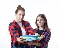 Κορίτσι σχολικών colledge εφήβων με τα στάσιμα σημειωματάρια βιβλίων στοκ φωτογραφίες με δικαίωμα ελεύθερης χρήσης