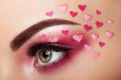 Κορίτσι σύνθεσης ματιών με μια καρδιά στοκ εικόνα