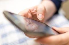 Κορίτσι τηλεφωνικών διαθέσιμο χεριών κυττάρων Στοκ φωτογραφίες με δικαίωμα ελεύθερης χρήσης