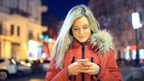 Κορίτσι της Νίκαιας που χρησιμοποιεί app στο έξυπνο τηλέφωνο τη νύχτα απόθεμα βίντεο