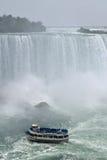 Κορίτσι της υδρονέφωσης, πεταλοειδείς καταρράκτες του Νιαγάρα Οντάριο Καναδάς πτώσης Στοκ Φωτογραφία