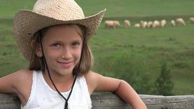 Κορίτσι της Farmer κάουμποϋ με τα πρόβατα στα βουνά, ζώα 4K βοσκής πορτρέτου παιδιών απόθεμα βίντεο