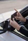 Κορίτσι, τηλέφωνο, αυτοκίνητο στοκ εικόνες