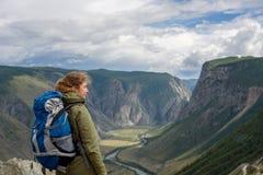 Κορίτσι, τουρίστας, σε έναν βράχο Στοκ Εικόνες