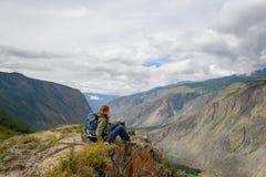 Κορίτσι, τουρίστας, σε έναν βράχο Στοκ Εικόνα