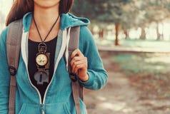 Κορίτσι τουριστών με μια πυξίδα Στοκ Φωτογραφία