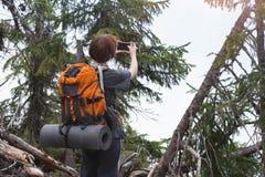 Κορίτσι τουριστών σε ένα βουνό στοκ εικόνες