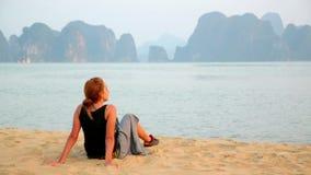 Κορίτσι τουριστών στην παραλία, άποψη ασβεστόλιθων του κόλπου halong, Βιετνάμ φιλμ μικρού μήκους