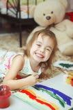Κορίτσι του καλού ουράνιου τόξου ζωγραφικής διάθεσης με τη βούρτσα Στοκ Φωτογραφία