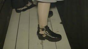 Κορίτσι του DJ στα τοπ wagging ισχία στην περιστροφική πλάκα nightclub κίνηση αργή Παν κατακόρυφος απόθεμα βίντεο