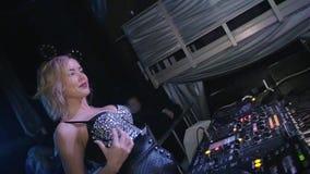 Κορίτσι του DJ στην καμμένος κορυφή, ώμοι κουνημάτων αυτιών ποντικιών nightclub κίνηση αργή απόθεμα βίντεο