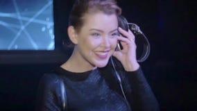 Κορίτσι του DJ στη τοπ περιστροφή στην περιστροφική πλάκα, χαμόγελο nightclub Ακουστικά κίνηση αργή απόθεμα βίντεο