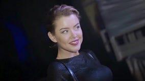 Κορίτσι του DJ στο τοπ κεφάλι κουνημάτων και ώμοι στην περιστροφική πλάκα nightclub κίνηση αργή απόθεμα βίντεο