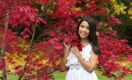 Κορίτσι το φθινόπωρο στοκ φωτογραφίες με δικαίωμα ελεύθερης χρήσης