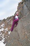 Το κορίτσι αναρριχείται στους βράχους Στοκ φωτογραφία με δικαίωμα ελεύθερης χρήσης