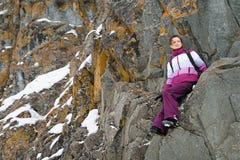 Το κορίτσι αναρριχείται στους βράχους Στοκ εικόνες με δικαίωμα ελεύθερης χρήσης