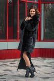 Κορίτσι το χειμώνα στην οδό Στοκ φωτογραφία με δικαίωμα ελεύθερης χρήσης