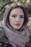 Κορίτσι το χειμώνα chlotes κάτω από το δέντρο Στοκ φωτογραφία με δικαίωμα ελεύθερης χρήσης