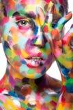 Κορίτσι το χρωματισμένο πρόσωπο που χρωματίζεται με Εικόνα ομορφιάς τέχνης Στοκ εικόνα με δικαίωμα ελεύθερης χρήσης