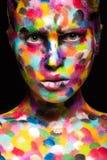 Κορίτσι το χρωματισμένο πρόσωπο που χρωματίζεται με Εικόνα ομορφιάς τέχνης Στοκ φωτογραφία με δικαίωμα ελεύθερης χρήσης
