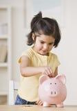 κορίτσι τραπεζών piggy στοκ φωτογραφίες