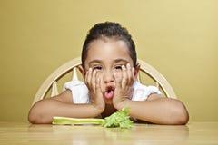 κορίτσι υγιές αυτή λίγο πρόχειρο φαγητό Στοκ φωτογραφία με δικαίωμα ελεύθερης χρήσης