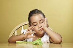 κορίτσι υγιές αυτή λίγο πρόχειρο φαγητό Στοκ εικόνα με δικαίωμα ελεύθερης χρήσης