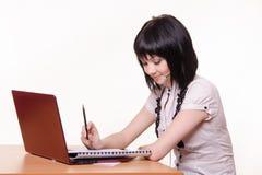 Κορίτσι - υπάλληλος τηλεφωνικών κέντρων στο γραφείο με τα έγγραφα Στοκ φωτογραφίες με δικαίωμα ελεύθερης χρήσης