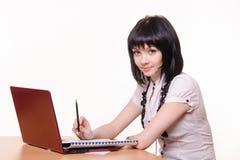 Κορίτσι - υπάλληλος τηλεφωνικών κέντρων στο γραφείο Στοκ εικόνες με δικαίωμα ελεύθερης χρήσης