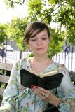 Κορίτσι υπαίθρια με τη Βίβλο στοκ εικόνα