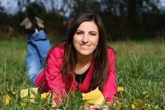Κορίτσι υπαίθρια το φθινόπωρο Στοκ Εικόνες