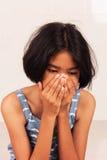 Κορίτσι λυπημένο και κραυγή στο δωμάτιο Στοκ εικόνα με δικαίωμα ελεύθερης χρήσης