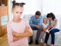 Κορίτσι λυπημένο λόγω της ζηλότυπης νεώτερης αδελφής στους γονείς Στοκ Φωτογραφία